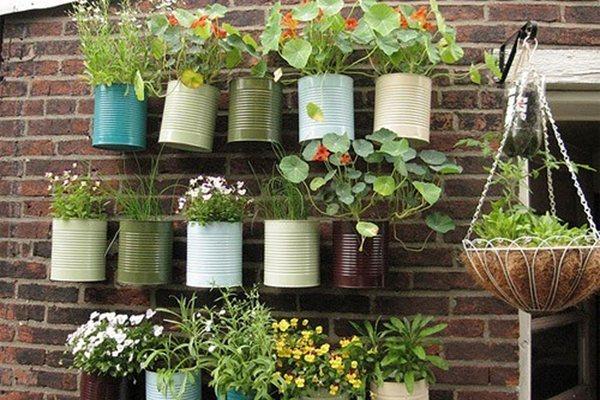 fotos jardins pequenos residenciais:Tin Can Vertical Garden
