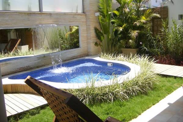 Minipiscinas são ideias para dividir os ambientes de um jardim
