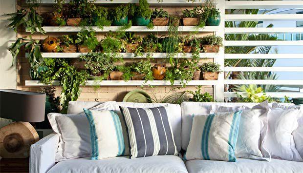 jardim vertical apartamento pequeno: algumas plantas ou mesmo fazer um pequeno e charmoso jardim vertical