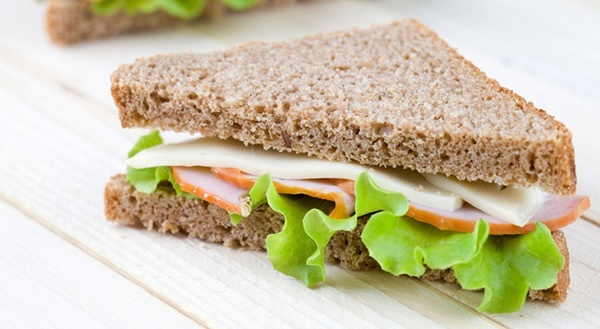 Sanduíche de Pão Preto com Peito de Peru