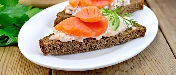 Sanduíche de Pão de Centeio com Salmão