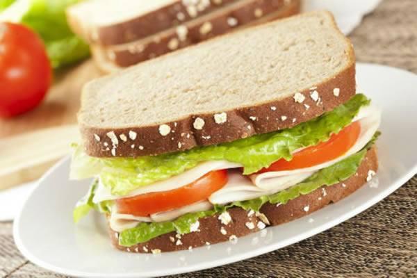 Sanduíche Pão 7 Grãos com Mussarela e Tomate